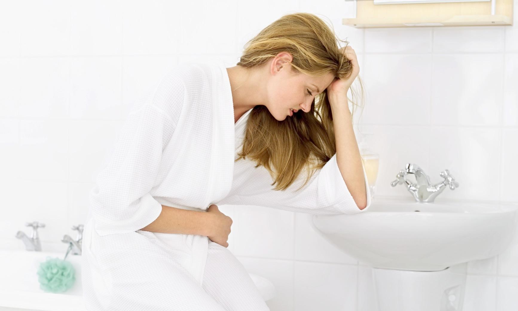 Triệu chứng viêm âm đạo là khí hư và đau