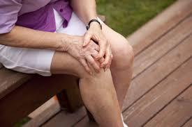 Đau khớp gối là một trong những triệu chứng thoái hóa khớp gối