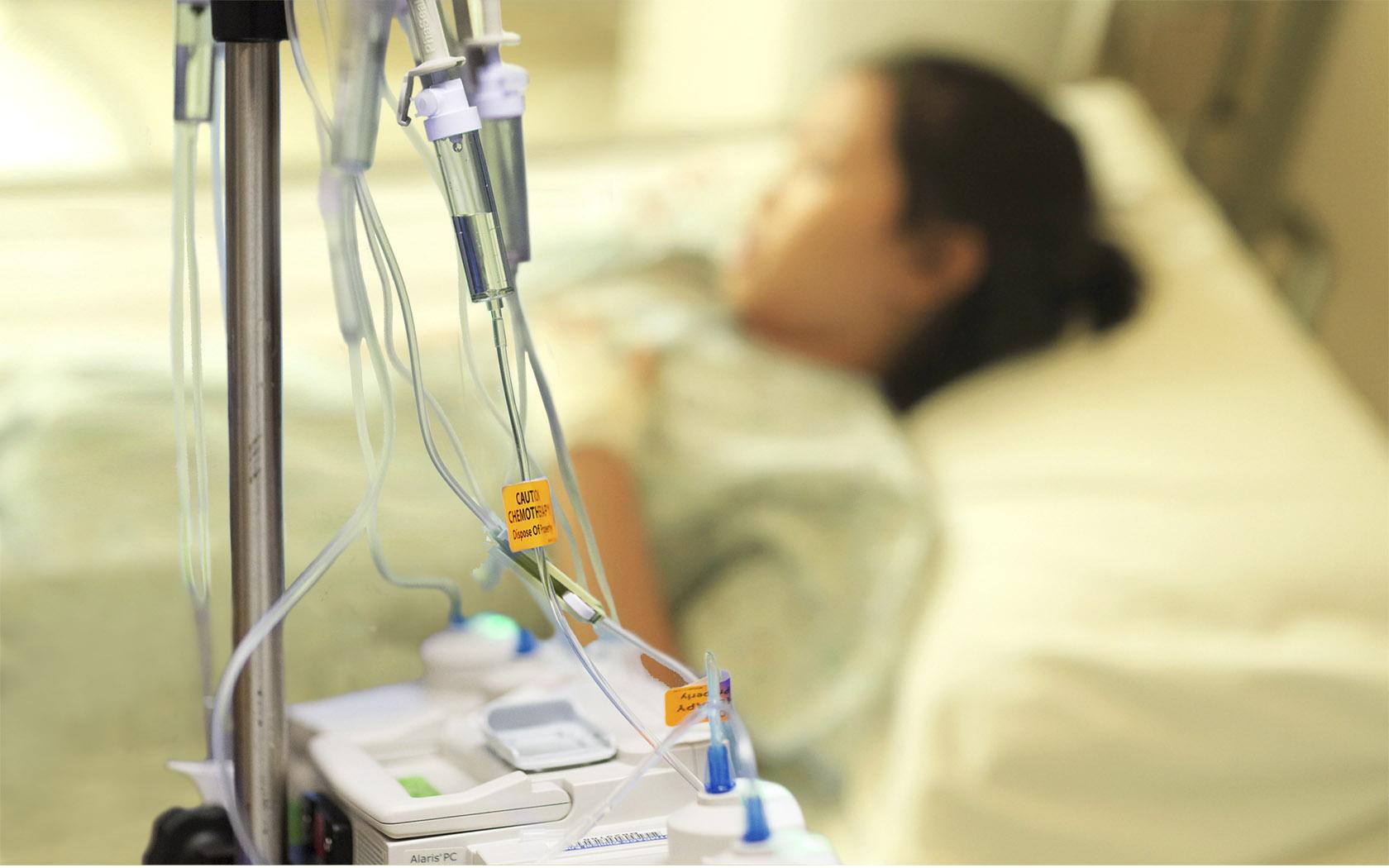 Dùng hóa chất đường tiêm truyền cho bệnh nhân.