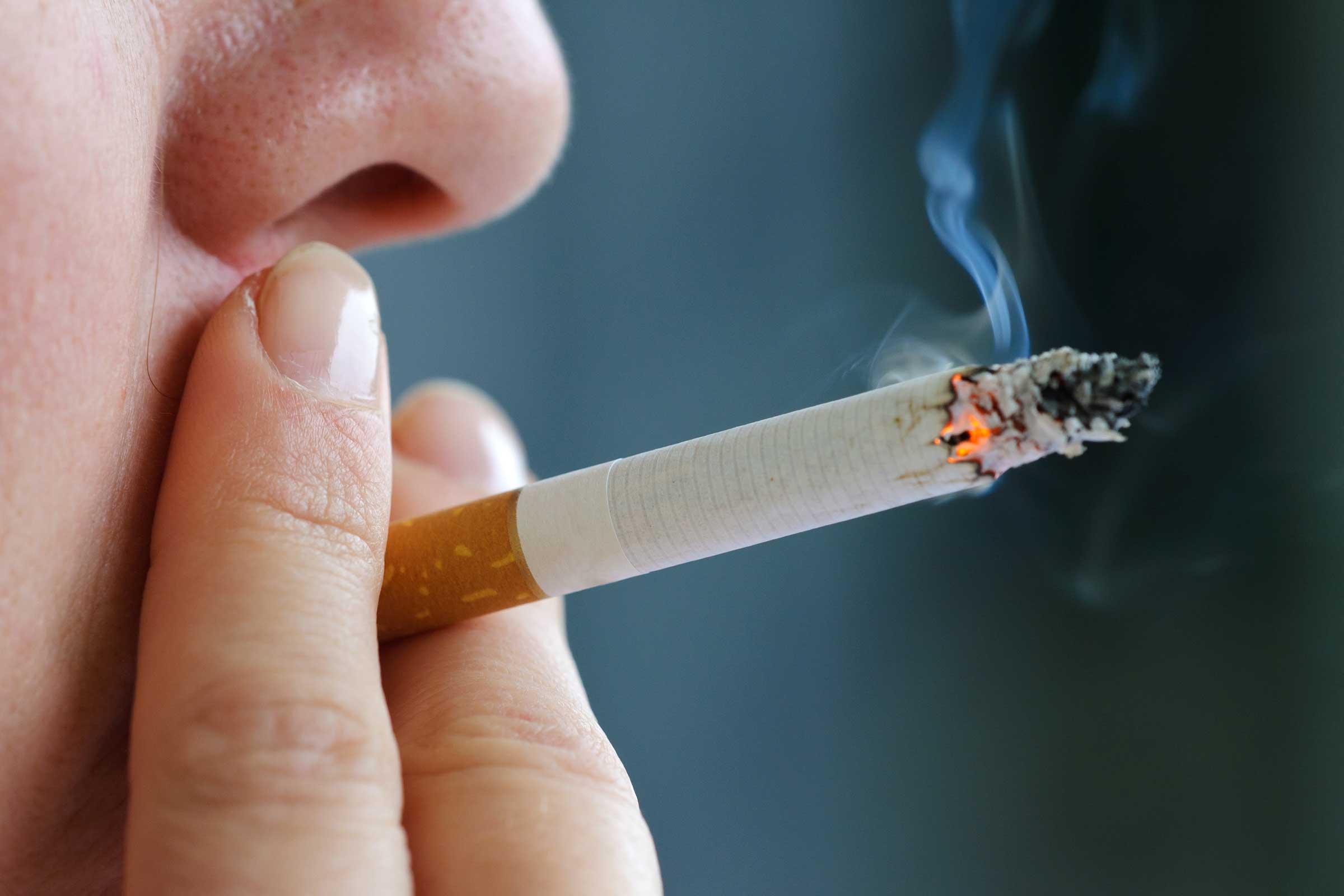 Khói thuốc lá gây nguy cơ ung thư phổi