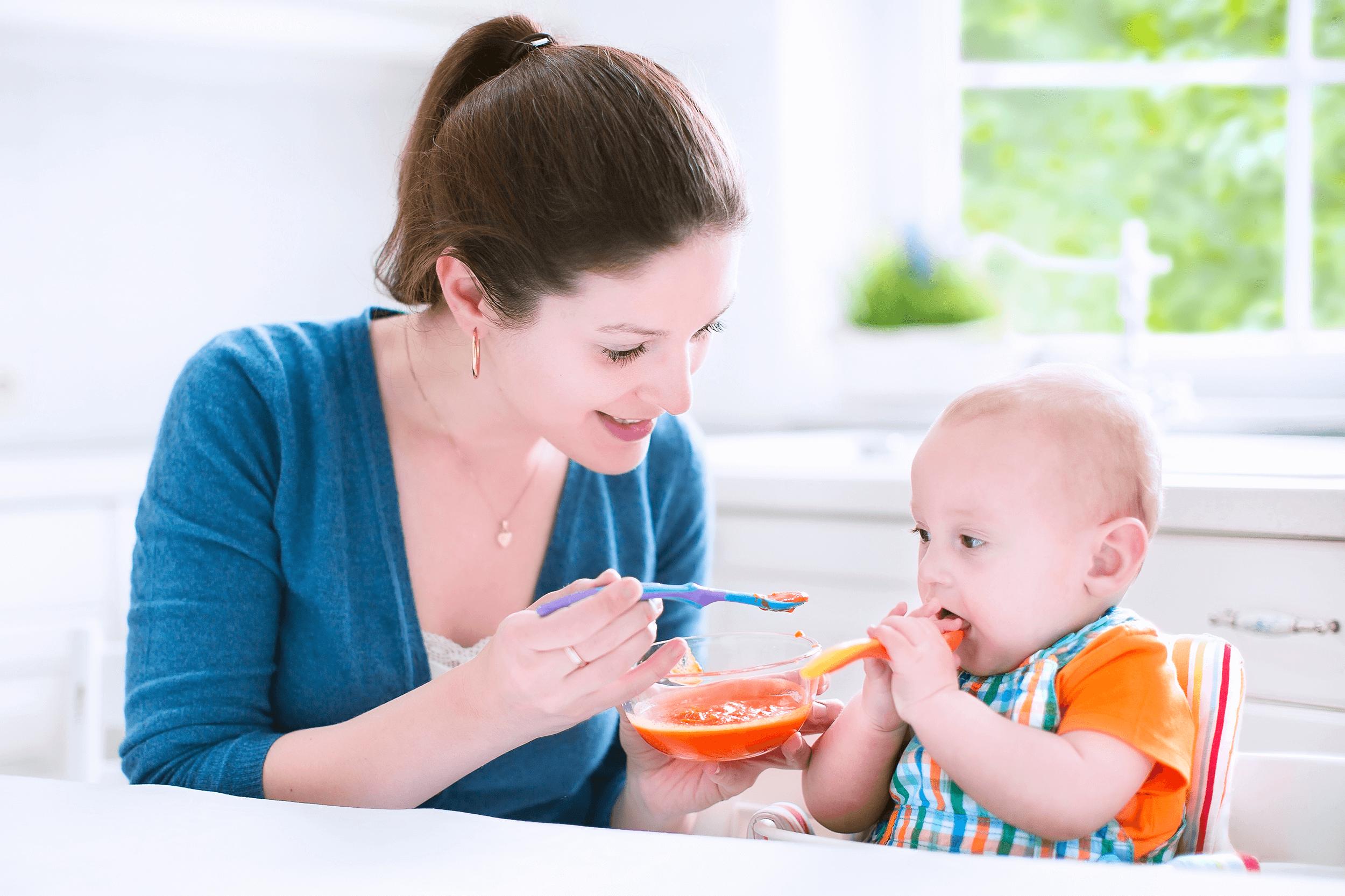 Khi trẻ bị bệnh, cần cho trẻ ăn đầy đủ chất dinh dưỡng