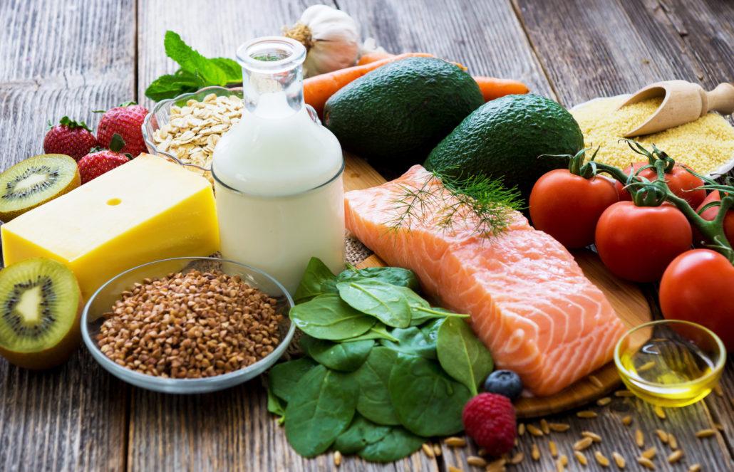 Chế độ ăn cân đối, đầy đủ dinh dưỡng, bổ sung sắt, folate và canxi