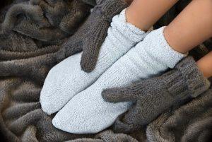Giữ ấm tay, chân trong mùa đông để phòng tránh bệnh cước tay, chân. (Ảnh Internet)