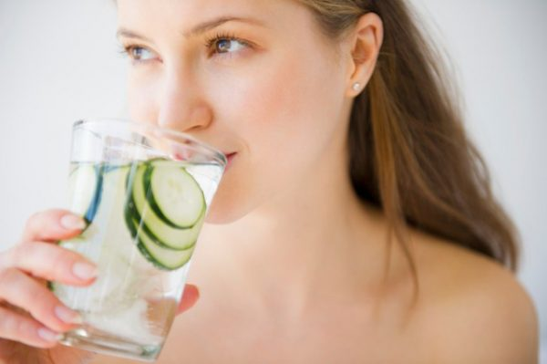 Uống nhiều nước - Cách dưỡng da toàn thân mùa hanh khô (Ảnh: Internet)