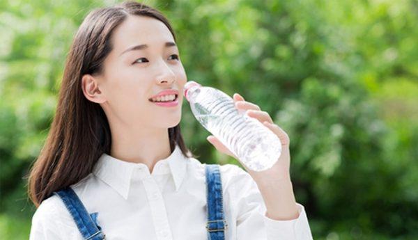 Không uống đủ nước dẫn đến nẻ da mặt (Ảnh: Internet)