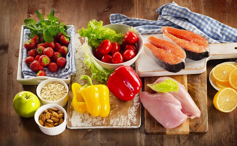 Bữa ăn của bà bầu cần đầy đủ dinh dưỡng, tránh các thực phẩm khó tiêu, chua, cay,... (Ảnh: Internet).
