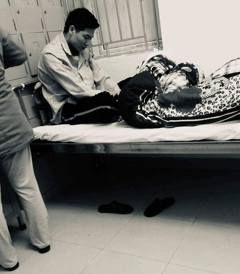 Bác sĩ Hoàng Công Lương tiều tụy trong bộ trang phục bệnh nhân bên giường bệnh (nguồn: internet)