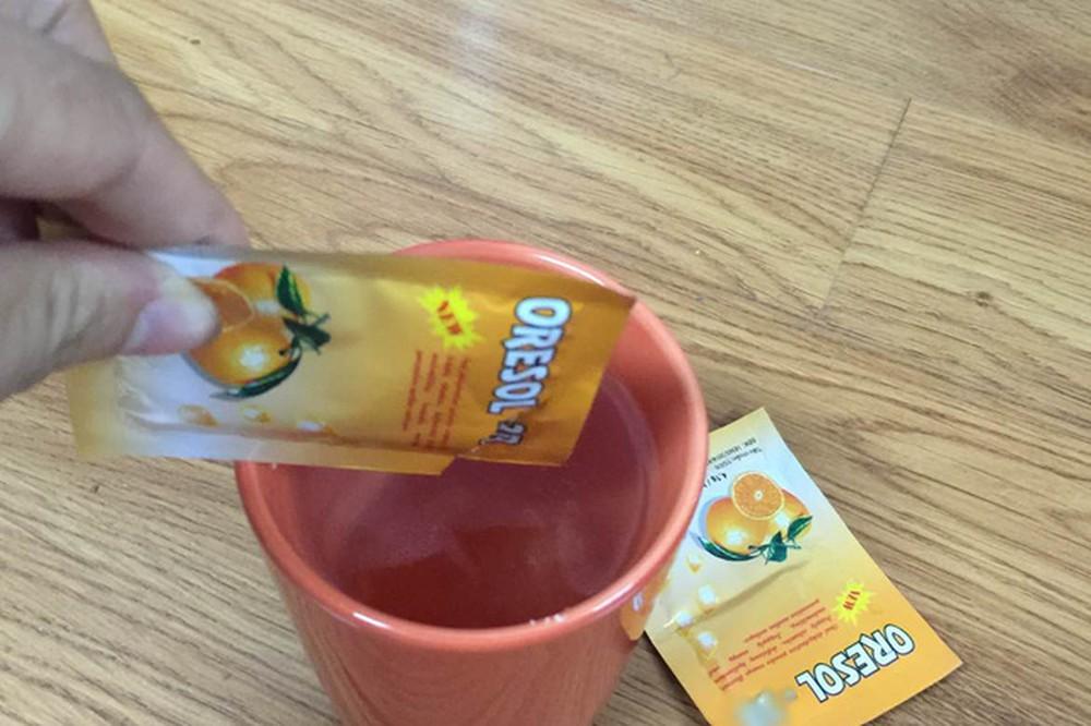 Bù nước và điện giải cho người bị ngộ độc thực phẩm bằng oresol (Nguồn: Internet)
