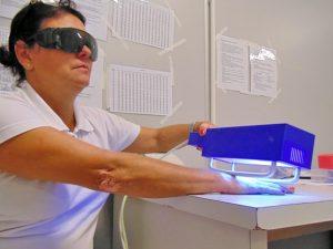 Điều trị vảy nến bằng quang trị liệu (Ảnh: Internet).