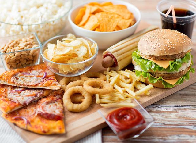 Người thiếu máu não nên kiêng thức ăn nhanh (Nguồn: Internet)