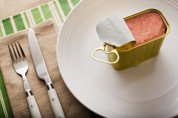 Người thiếu máu não nên kiêng thực phẩm đóng hộp (Nguồn: Internet)