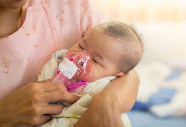 theo dõi trẻ sau tiêm vắc xin combe five (nguồn: internet)