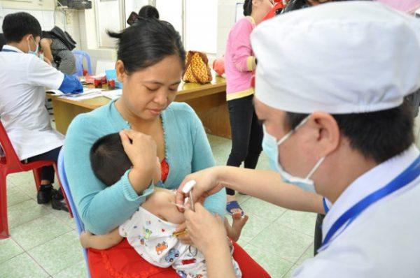 Hơn 200 trẻ nhập viện theo dõi sau tiêm vắc xin combe five (ảnh minh họa)