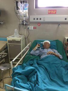 Cụ ông 91 tuổi nói chuyện với bác sĩ trong khi được phẫu thuật