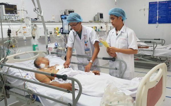 Nam thanh niên nhập viện trong tình trạng lơ mơ, da tái nhợt, vết thương 2 cm trước ngực trái do tự đâm thấu tim.