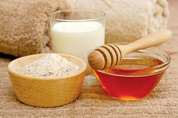Dưỡng da cho bé bằng mật ong và bột yến mạch rất dễ thực hiện và an toàn