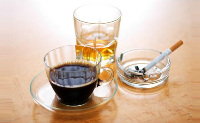 Người bệnh tiểu đường nên hạn chế dùng cafe, thuốc lá, rượu bia
