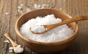Người viêm cầu thận cần hạn chế ăn muối (Nguồn: Internet)