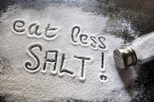 Người viêm cột sống dính khớp hạn chế ăn nhiều muối (Nguồn: Internet)