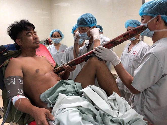 thanh niên bị ống sắt đâm thấu ngực