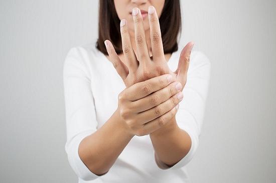 Xoa bóp nhè nhàng bàn, ngón tay làm tăng lưu thông máu đến đầu ngón tay