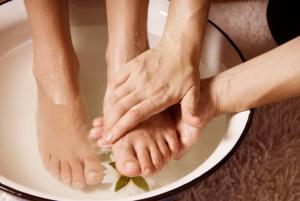 Chăm sóc bàn chân hàng ngày sẽ giúp giảm nguy cơ loét bàn chân bệnh tiểu đường