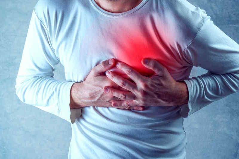 Thiếu máu cơ tim trở nặng thường đi kèm đau tức ngực