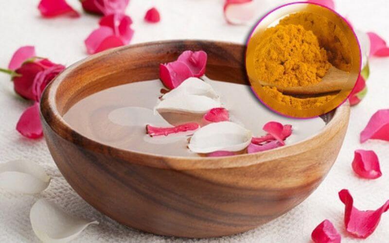 Dùng bột nghệ và nước hoa hồng trị thâm