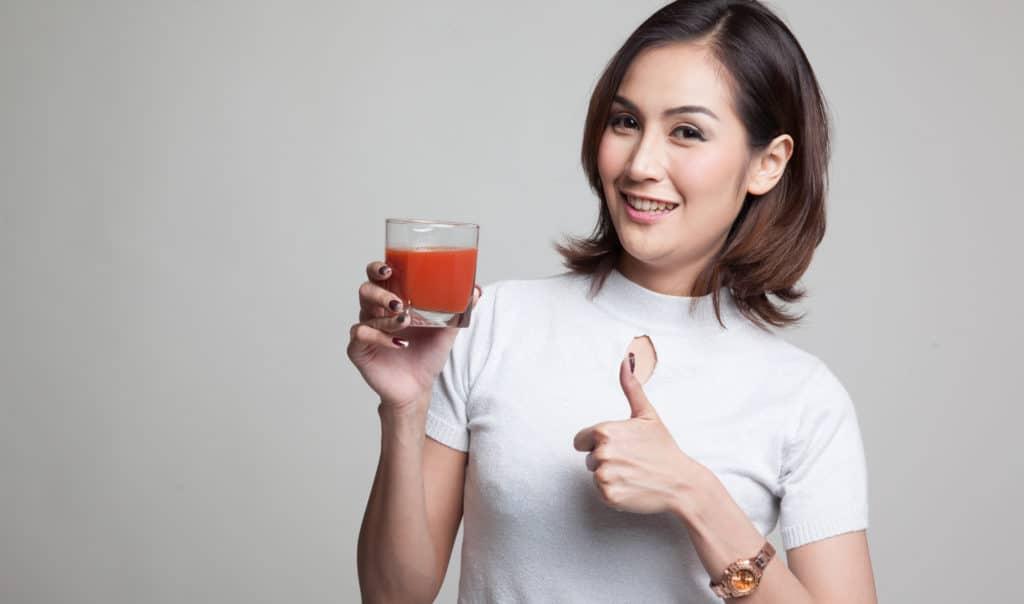 Người cao huyết áp nên uống nước ép cà chua để hạ huyết áp
