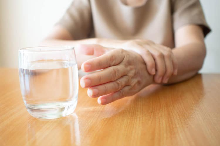 Bệnh run tay gây khó khăn trong sinh hoạt