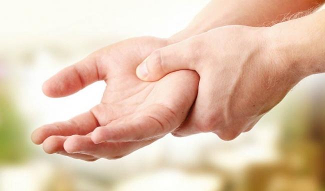 Run tay đa dạng về nguyên nhân, do bệnh lí hoặc bị run vô căn