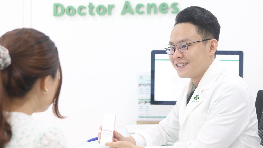 Điều trị mụn sớm và đúng cách với Bác sĩ Da liễu là cách phòng ngừa sẹo rỗ tốt nhất
