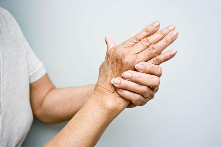 Chứng run tay ảnh hưởng nhiều đến đời sống sinh hoạt của người bệnh