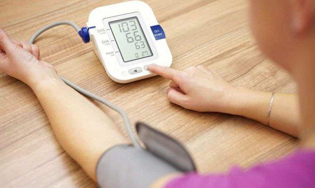 Theo dõi huyết áp và đường huyết đúng giờ để nắm tình hình sức khỏe